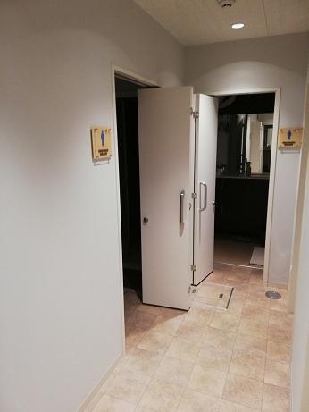 通路から見たシャワー室