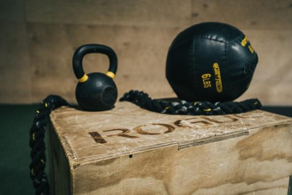 ダンベルで背中を鍛えるのに揃えたい器具